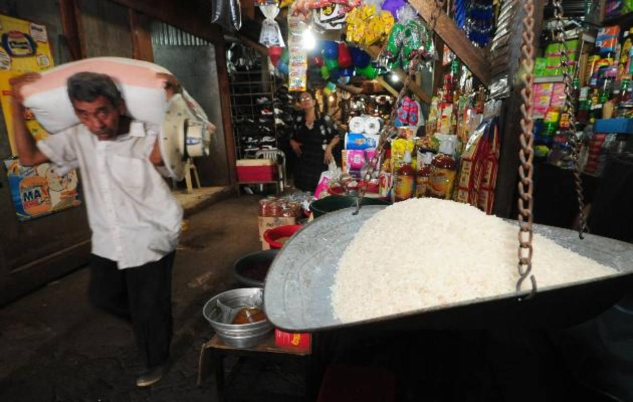La libra de arroz precocido valía $0.46 en enero y este mes llega a $0.60 . Foto EDH /Archivo