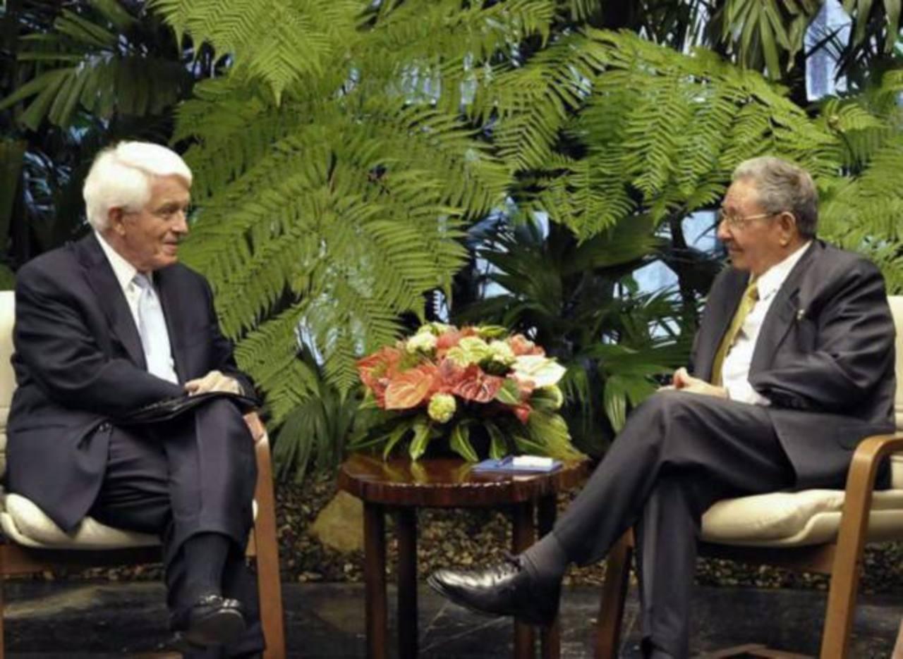 El presidente de la Cámara de Comercio, Thomas Donohue, junto al presidente cubano Raúl Castro en una fotografía publicada por el diario oficial Granmma. foto edh / EFE