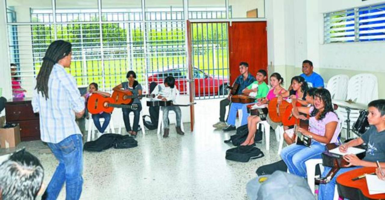 Más de 300 estudiantes han sido beneficiados con el programa desde 2001. Foto EDH/cortesía