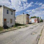 Una casa abandonada (a la izquierda) en una foto del viernes del 23 de mayo del 2014, en el barrio pobre de Mantua en Filadelfia.