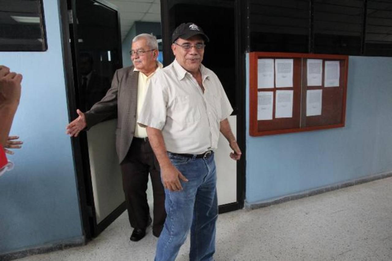El empresario hotelero José Adán Salazar Umaña (primer plano) a su salida del Juzgado Décimo de Paz, en abril pasado, luego de ser notificado de la acusación por evasión fiscal.