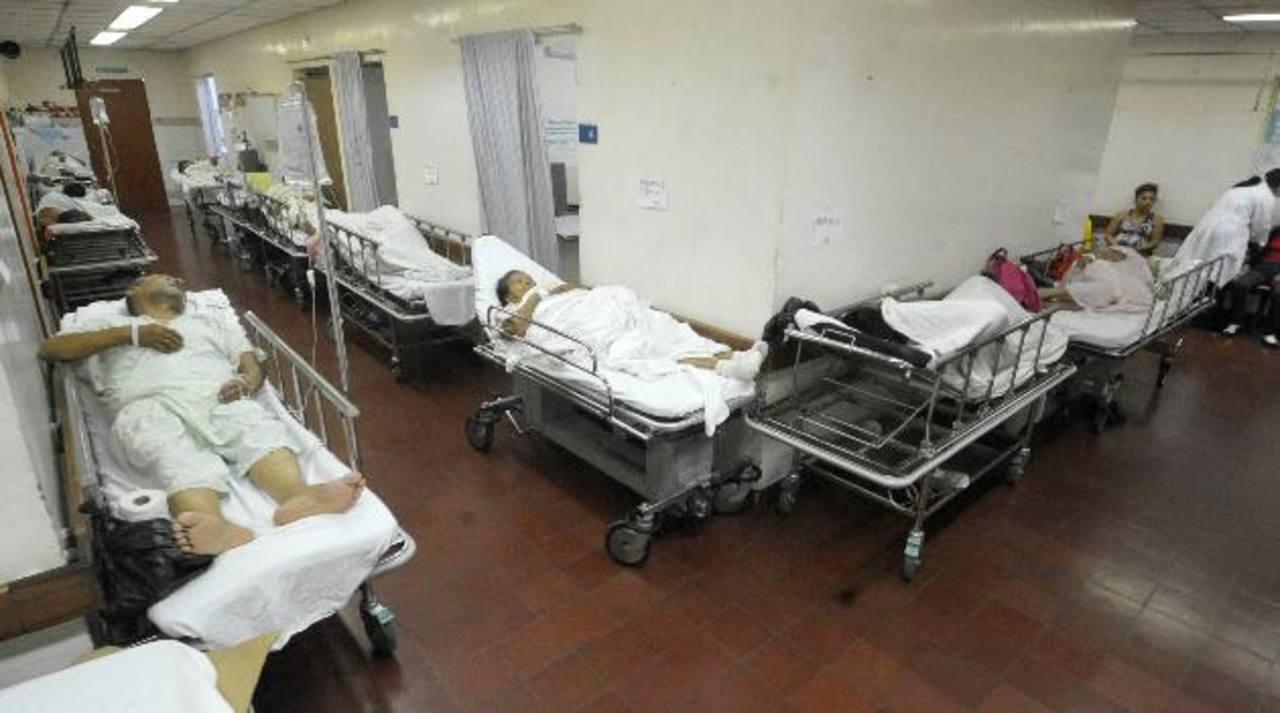 Varios pacientes permanecen en camillas en la Sala de Emergencias del hospital Zacamil. foto edh