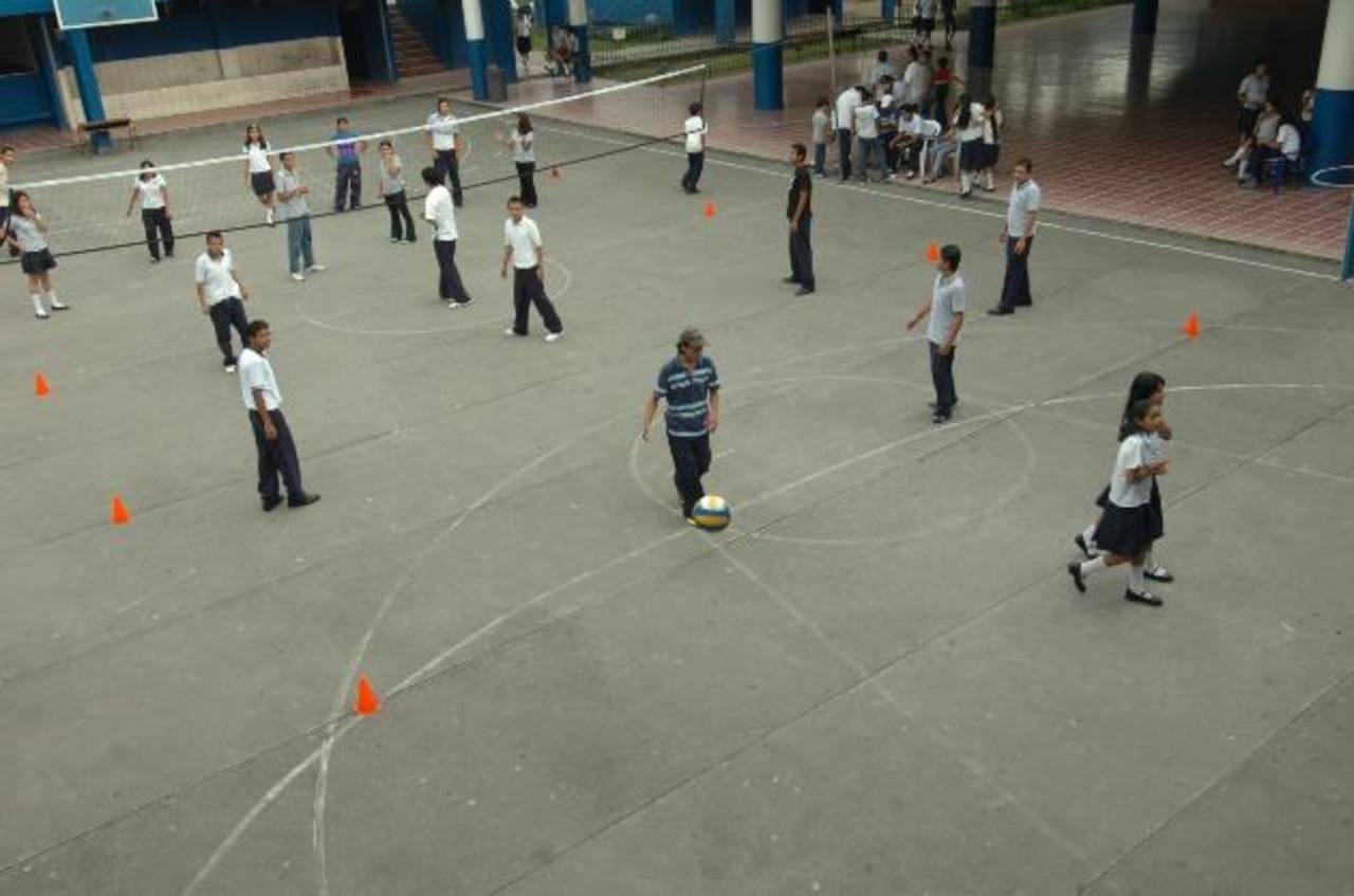 Los estudiantes de centros públicos entrevistados afirmaron que usan los celulares para llamar a sus padres y ver redes sociales. Foto EDH /ARCHIVO