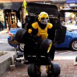 Un artista callejero se convierte en un Transformer muy real.