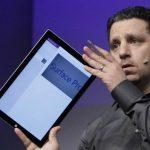 Panos Panay, vicepresidente de Microsoft para Surface, presenta el nuevo dispositivo.