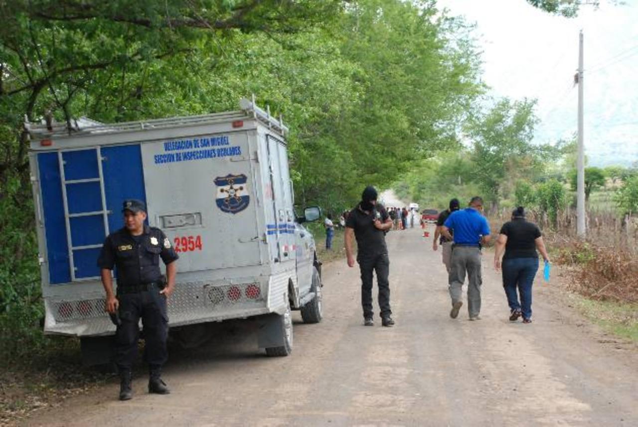 Investigadores de la Policía y la Fiscalía inspeccionan la escena donde, ayer, fue ultimado a balazos Érick Valdez Morales, de 31, quien había sido deportado de Estados Unidos. Fue asesinado en el cantón Montegrande, en San Miguel. Los atacantes, seg