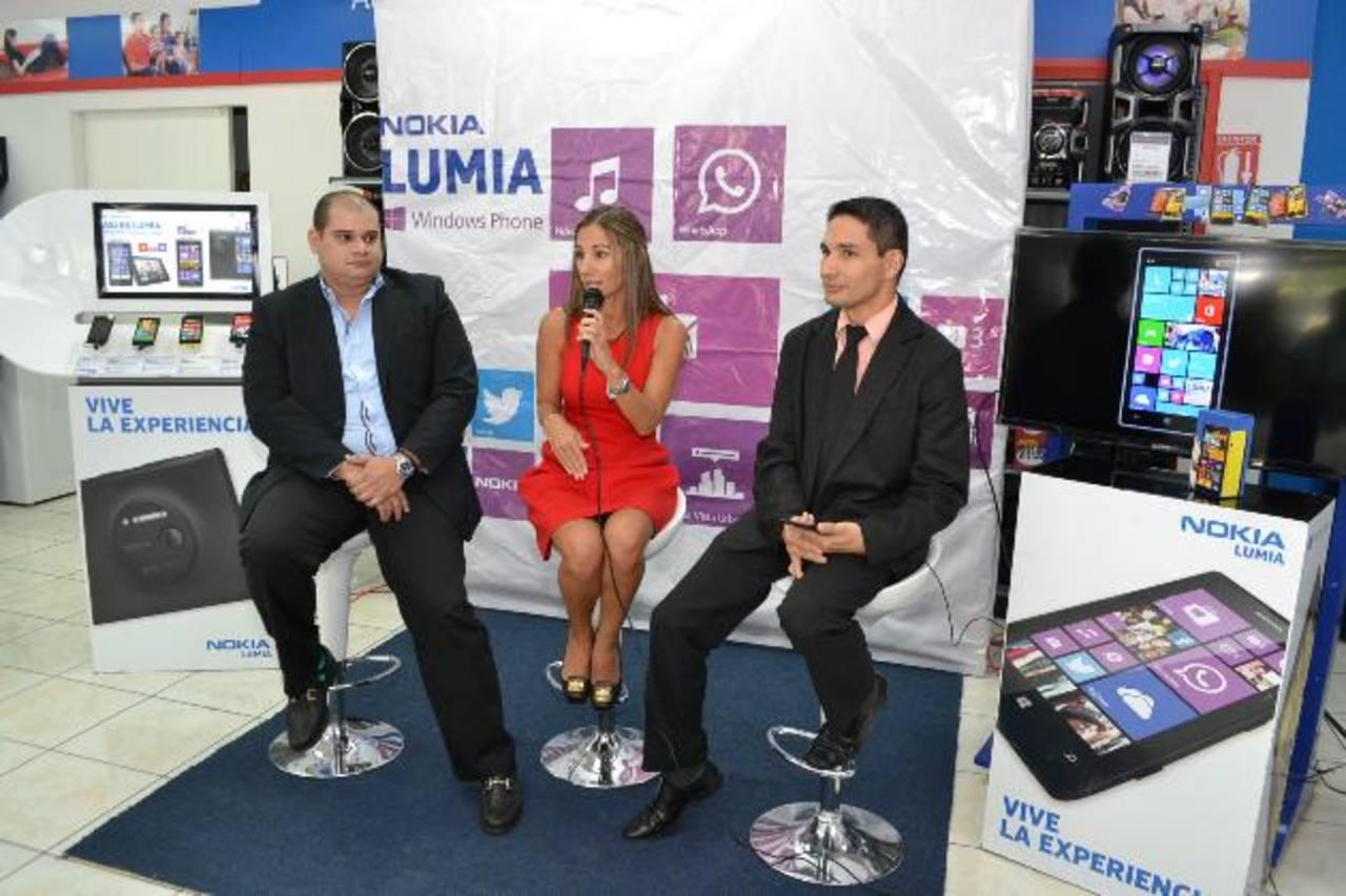 Luis Valladares de Prado y Leyla Daabub presentaron el nuevo dispositivo. Foto EDH / Mario Díaz