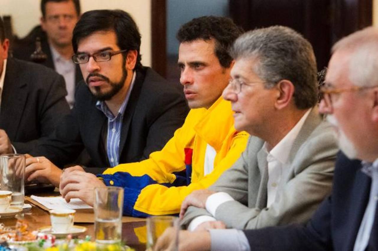 El líder opositor Enrique Capriles (c) en la reunión entre miembros de la oposición venezolana y los cancilleres . fotos edh / efe