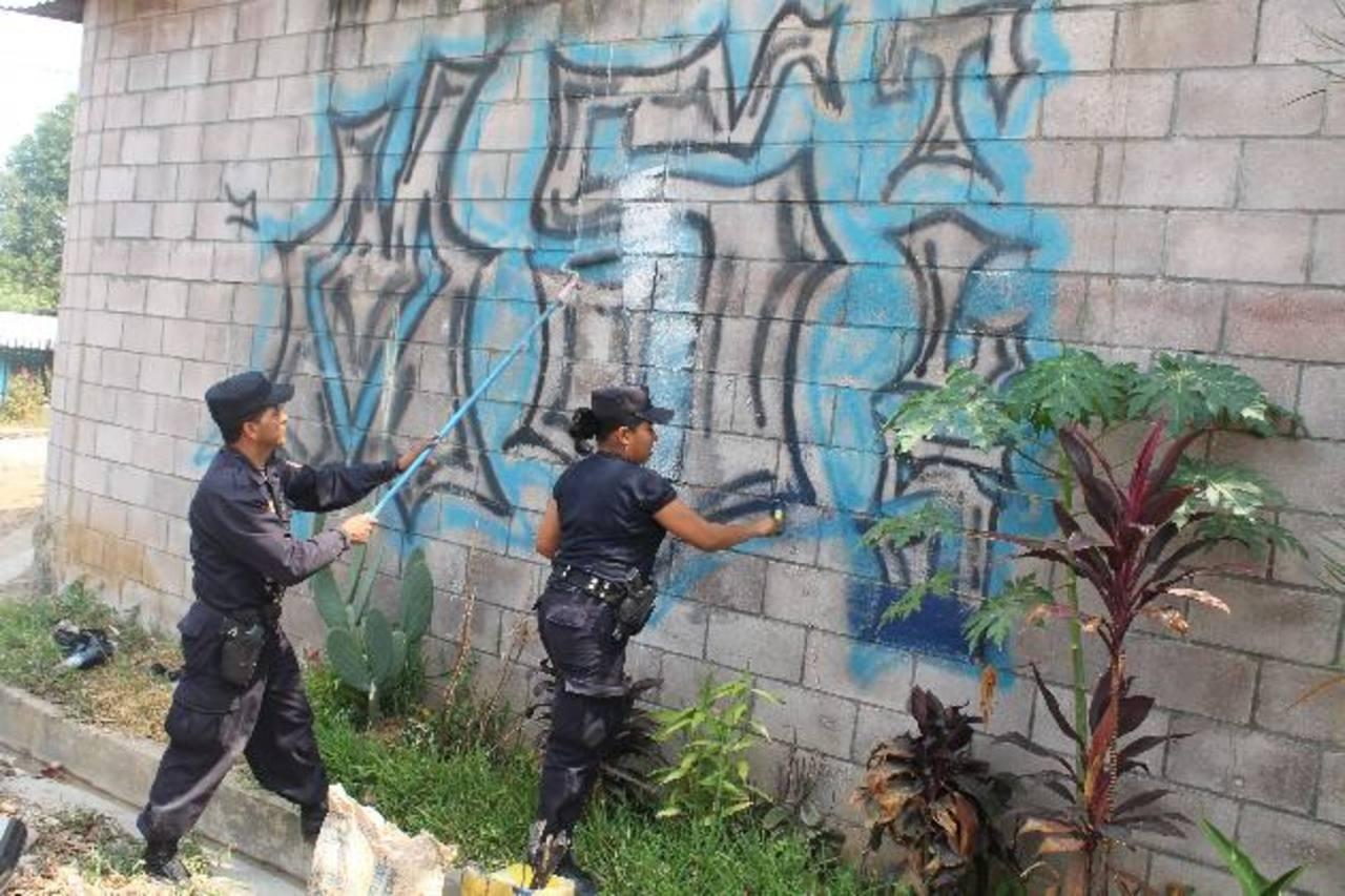El borrado de los mensajes está siendo realizados por miembros de la Policía. Foto EDH / ROBERTO ZAMBRANO