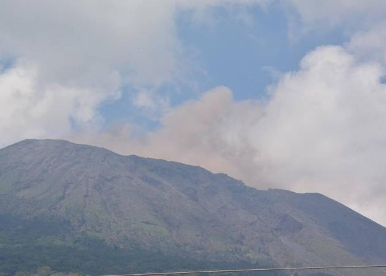 La imagen fue captada ayer por la mañana, cuando del cráter del Chaparrastique emanaba humo rojizo. Lo expulsó por unos 45 minutos. Foto edh / Carlos Segovia