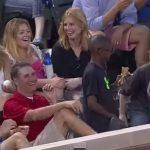 Momento en que la chica sonríe porque el niño le ha regalado la pelota