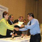 Elsy Escobar, rectora de ITCA Fepade, en la entrega de diplomas. Foto EDH /Mario díaz