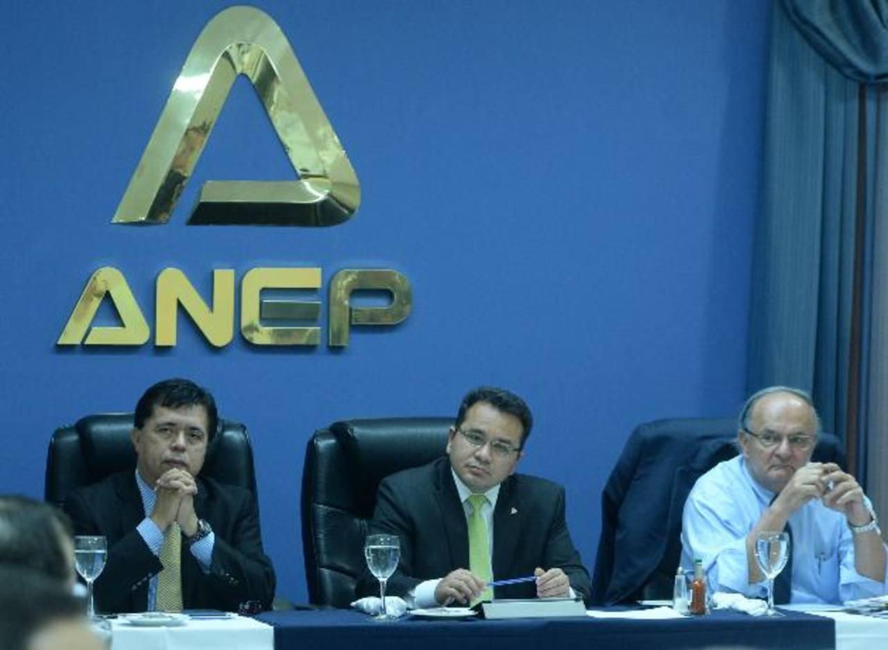 Roberto Lorenzana y Franzi Hato Hasbún del FMLN, en los extremos, con Jorge Daboub de la ANEP durante el encuentro de reforma fiscal.