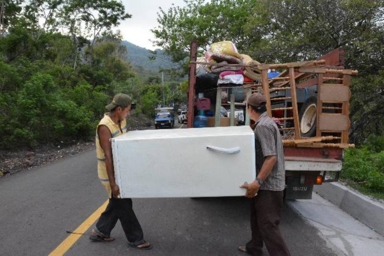 Varias familias de caserío El Carreto, cantón El Volcán, dejaron sus viviendas para buscar un sitio seguro donde pasar la noche. Foto edh / Carlos Segovia
