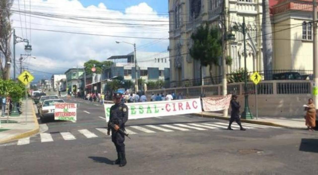 Sindicalistas protestaron y cerraron calle frente al Ministerio de Salud