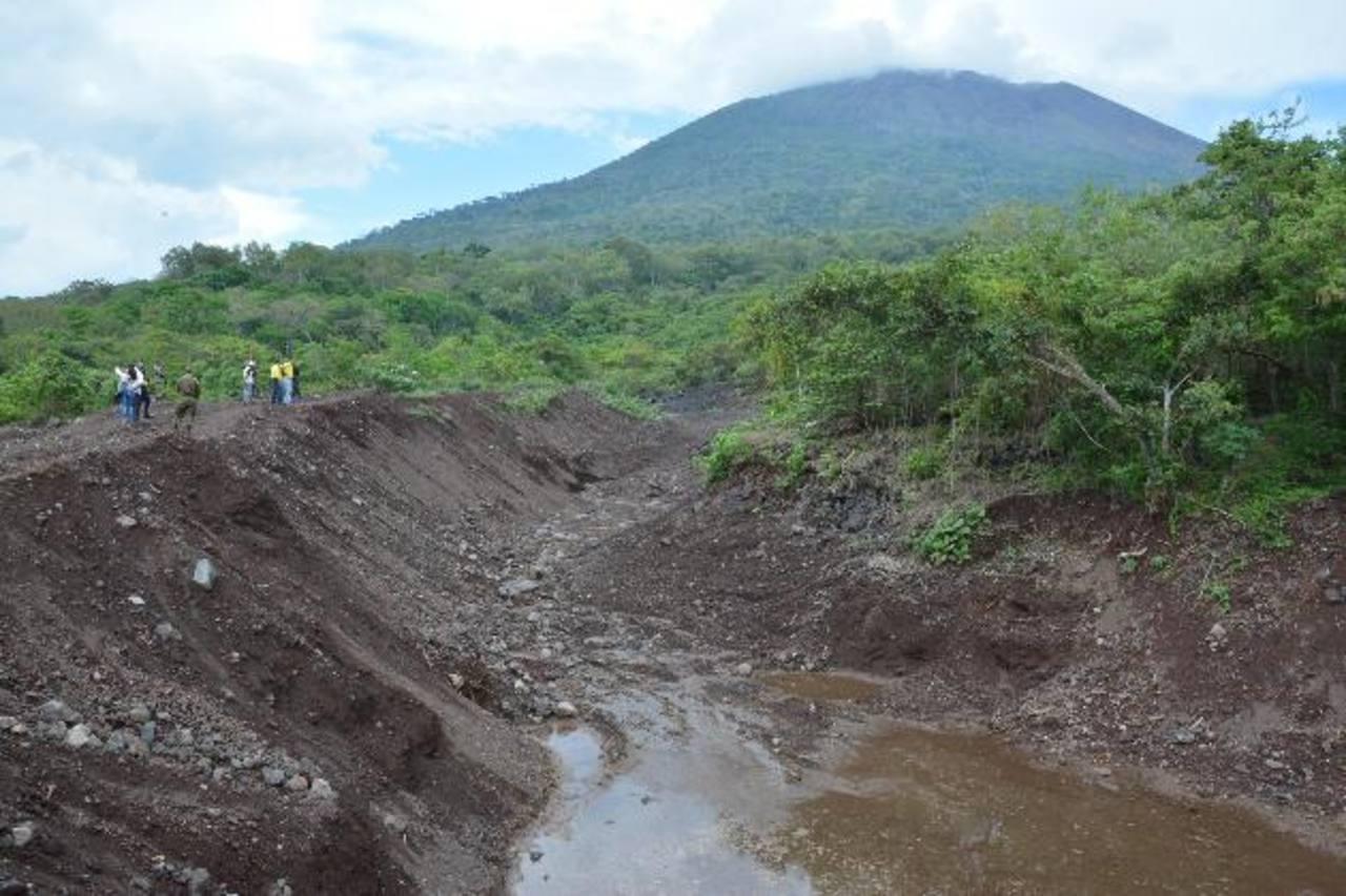 La imagen corresponde a uno de los canales de desagüe natural del coloso por donde bajaría los escombros. Foto EDH / C. Segovia