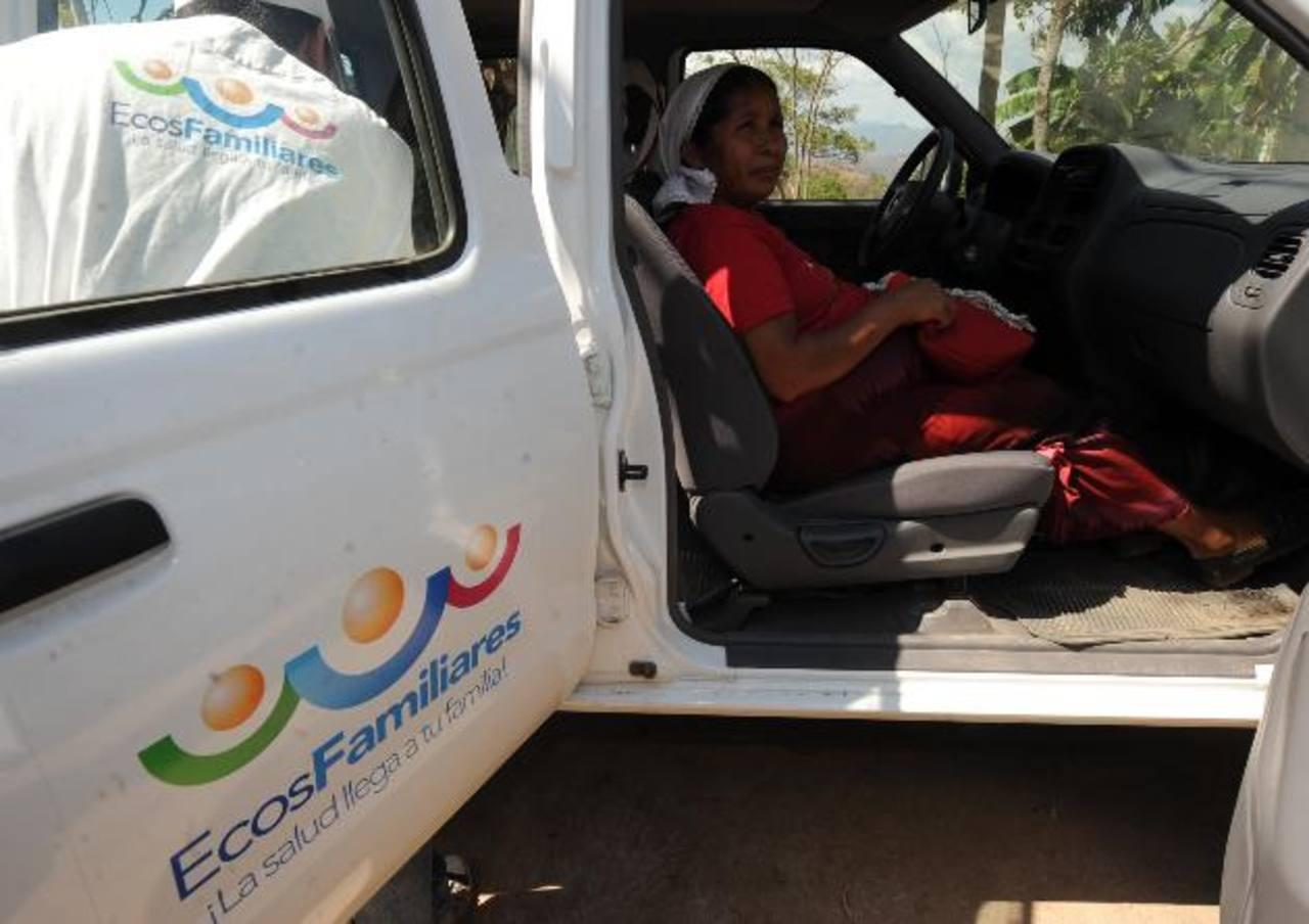 Una paciente embarazada es trasladada en el municipio de Jutiapa, Cabañas, en uno de los vehículos de los Ecos Familiares foto edh / archivo
