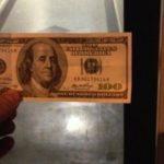 Usuario de Twitter esconde dinero en sobres y da pistas para que lo encuentren