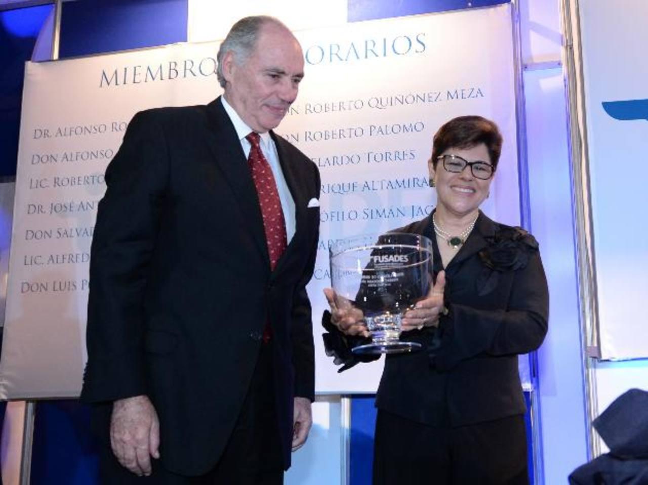 Mirna Liévano de Marques recibió el reconocimiento por su labor como economista y servidora pública, de manos del presidente de Fusades, Francisco de Sola. foto edh / marlon hernandez