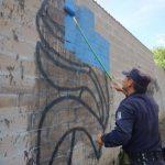 Policía despinta grafitos en comunidades con presencia de pandillas