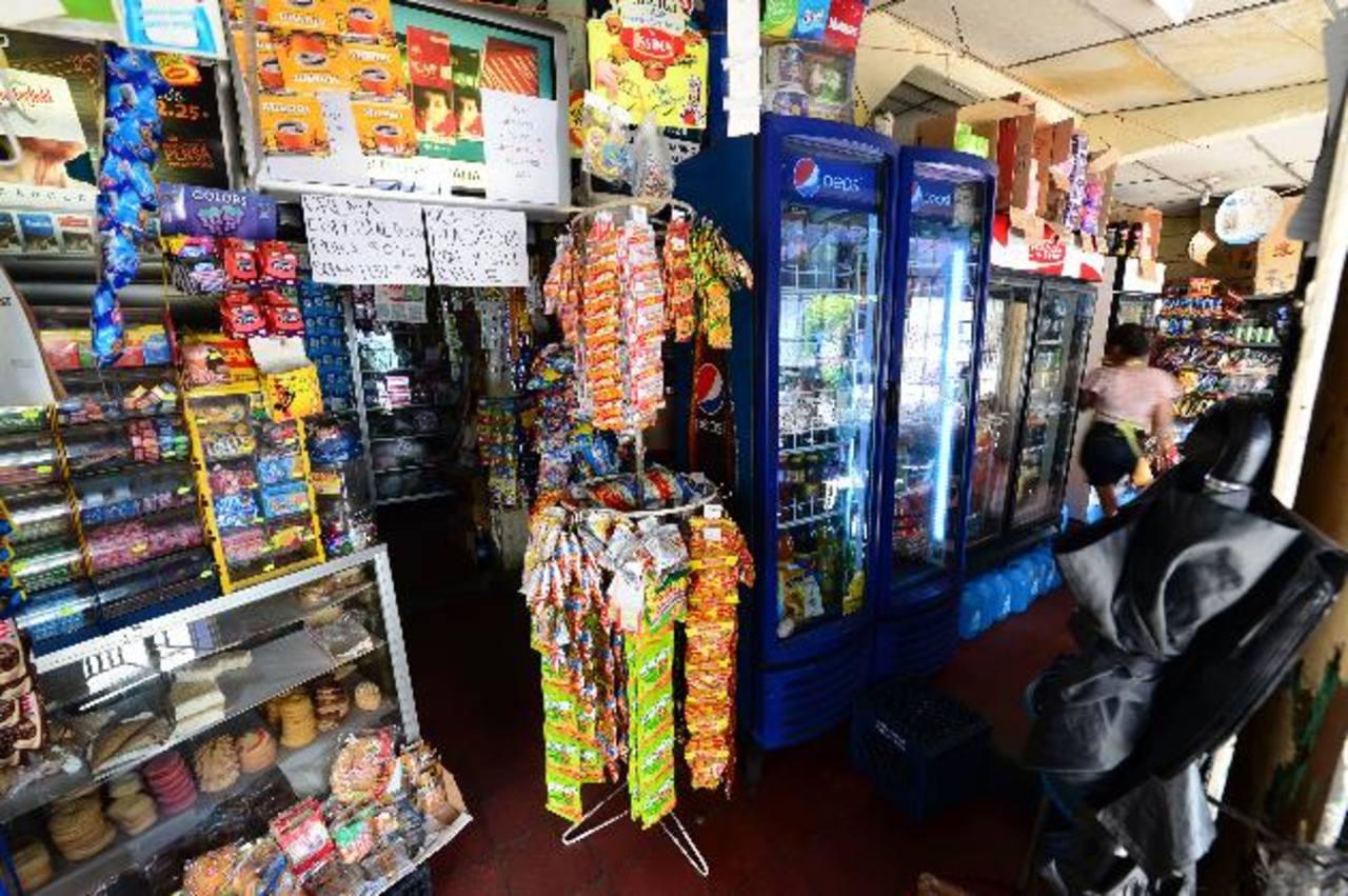 Las transacciones diarias de pequeños comercios serían sujeto de un impuesto acumulado mensual según la propuesta de ley. Foto EDH / Jorge reyes