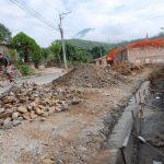 Los habitantes de la calle a la frontera El Coco, en Chalchuapa, aseguran que la obra está abandonada. Voceros del MOP lo niegan y explica que trabajan, aunque con lentitud. Foto EDH / CRISTIAN DÍAZ