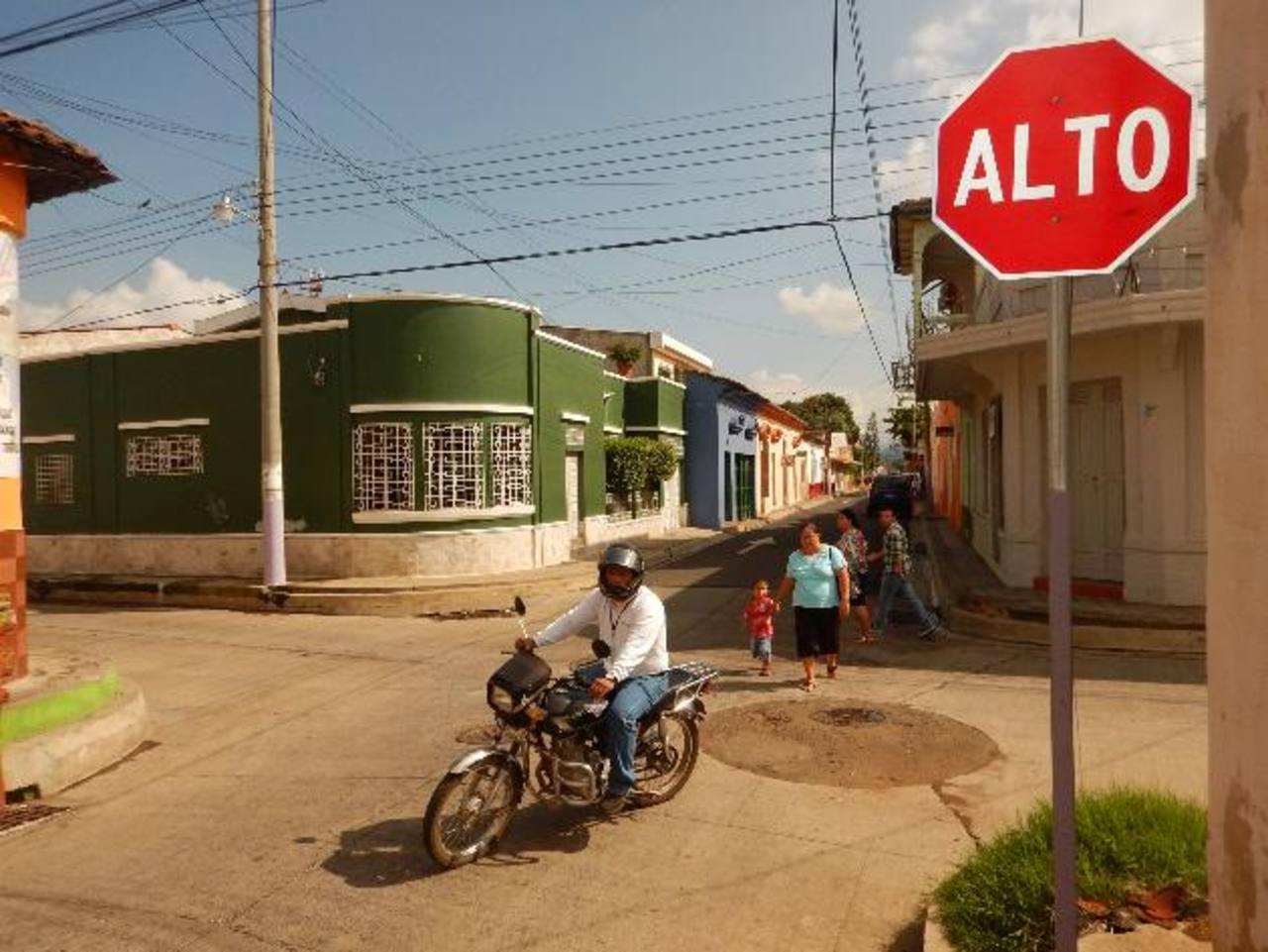 """En el centro del municipio han colocado nuevas señales de tránsito; aunque vecinos critican porque las autoridades cambiaron sentido a algunas vías; mientras que modificaron las ubicaciones de los """"Altos"""". El proyecto fue acompañado con el recarpeteo"""