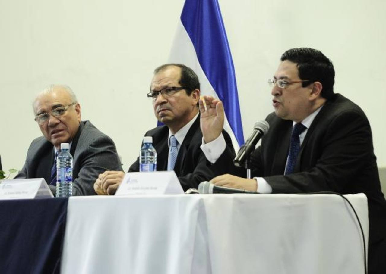 Los magistrados del Tribunal Constitucional Belarmino Jaime, Sidney Blanco, Rodolfo González y el magistrado suplente German Álvarez (no está en la foto) admitieron la demanda que frena las intenciones de Funes de ser diputado al Parlacen.
