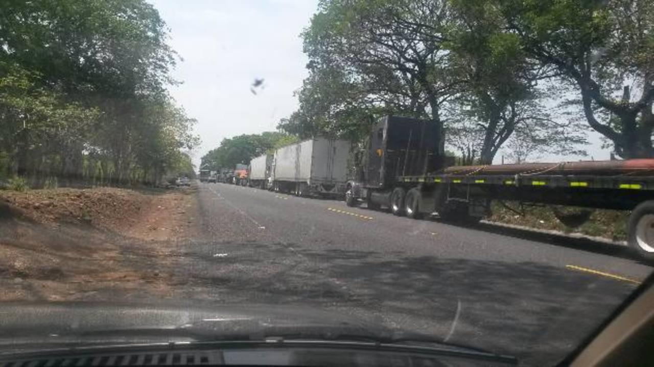 Retrasos en el paso de los furgones significan gastos extraordinarios diarios para los transportistas. Foto EDH / cortesía
