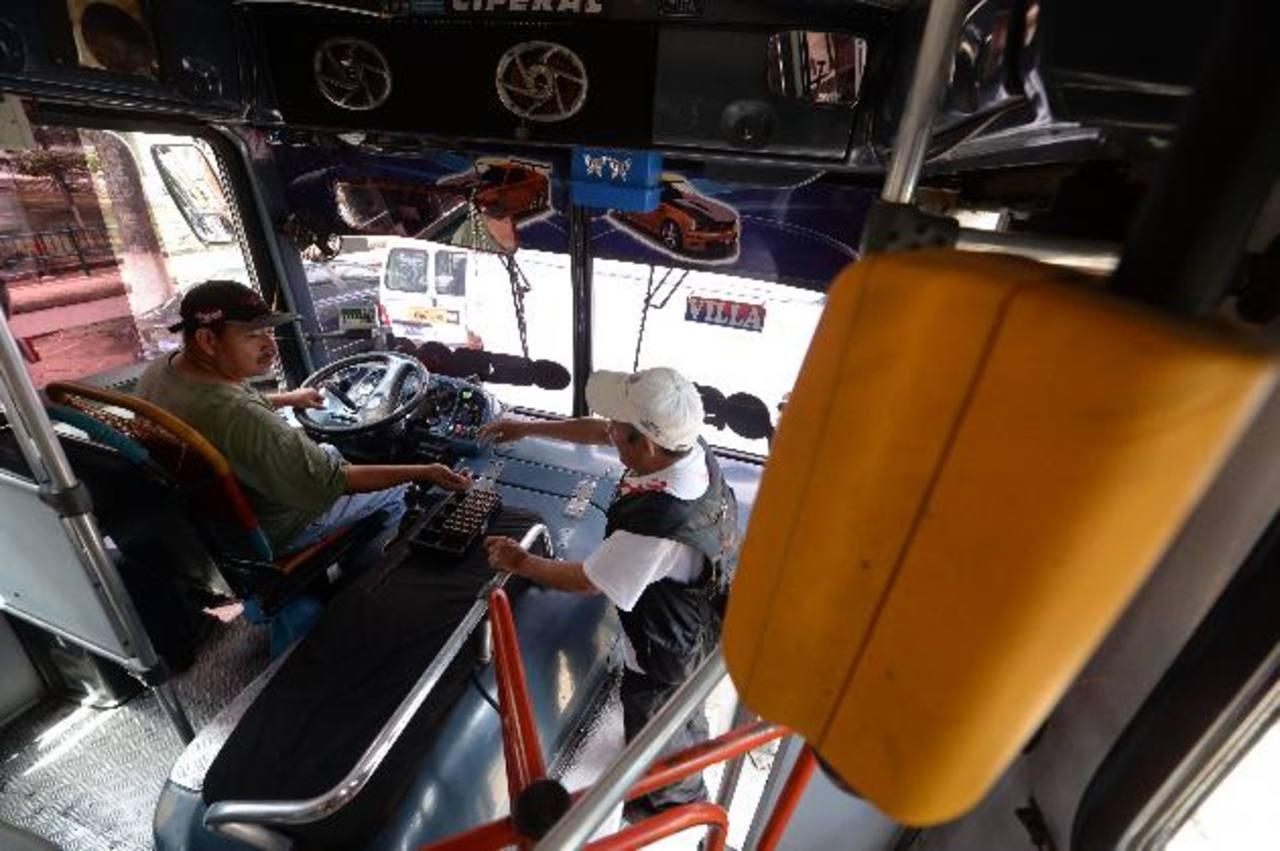 Los aparatos funcionan en la mayoría de unidades de la Ruta 79, de Lourdes Colón, pero los usuarios pagan en efectivo. FOTO EDH/MARVIN RECINOS