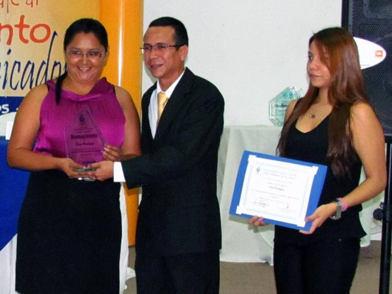 Erica Henríquez (Izq.), del periódico digital Panorama Occidental, fue una de las agasajadas. Foto EDH / Mauricio Guevara