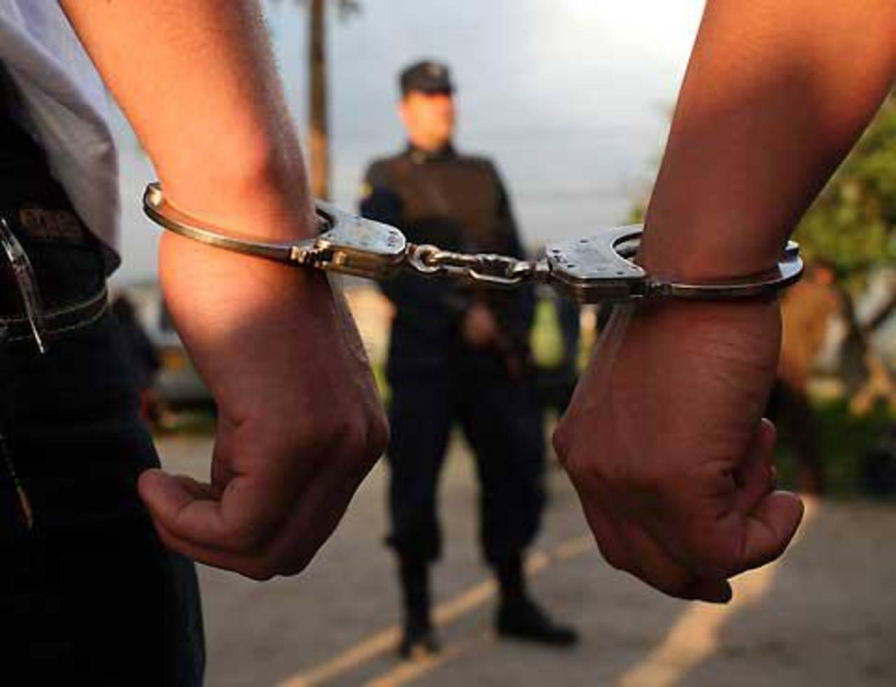 Fiscalía ordena la captura de pareja de policías