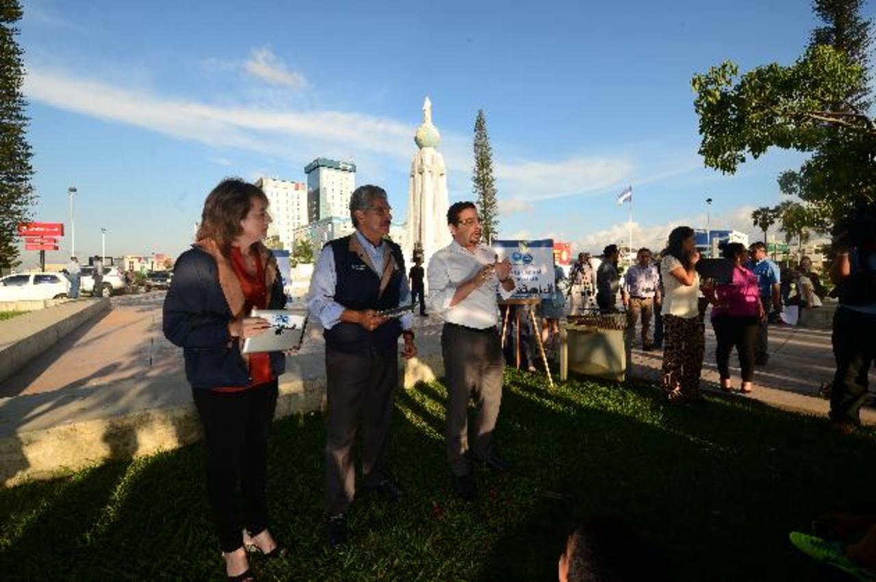 Norman Quijano inauguró el servicio de internet en la Plaza Salvador del Mundo. Foto edh / René Quintanilla