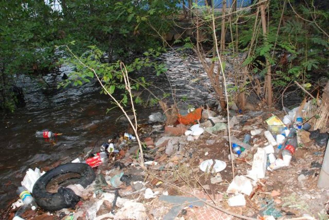 Lejos de atraer nuevos turistas, los promontorios de basura los alejan. Foto EDH / Insy Mendoza.