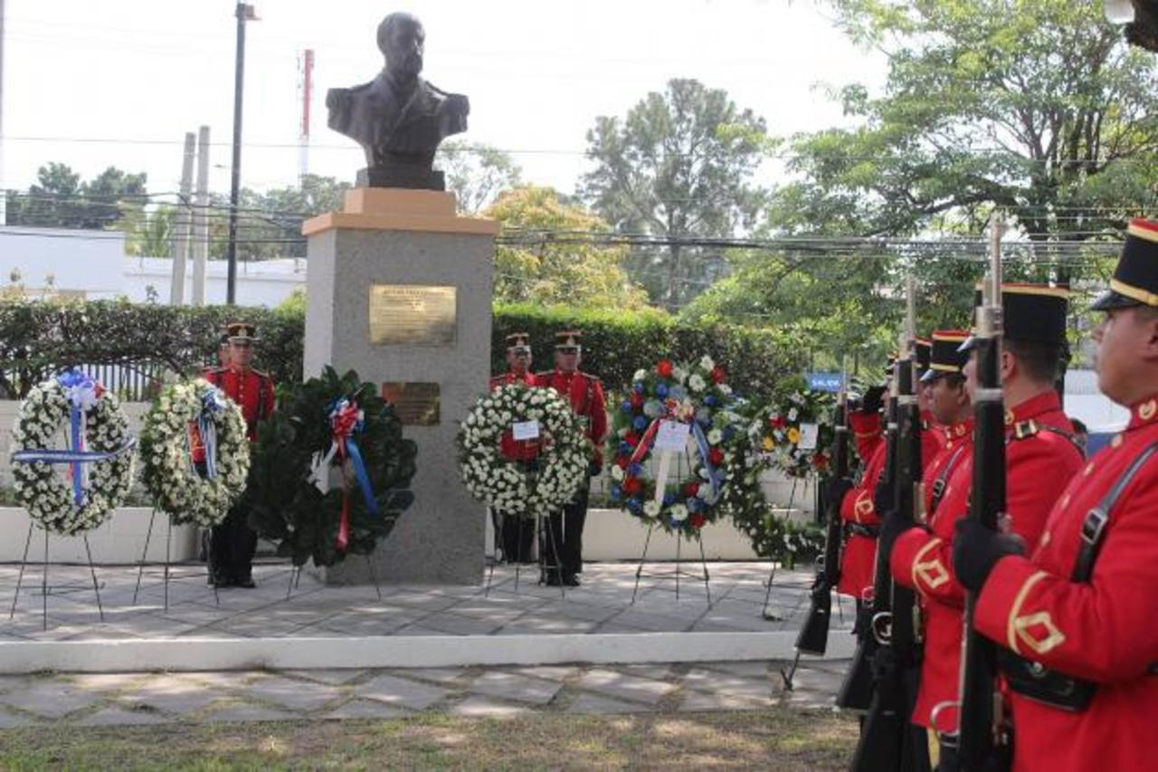 Ofrendas florales fueron colocadas al pie del busto del Capitán Arturo Prat, durante su 135 Aniversario. foto cortesía embajada de chile