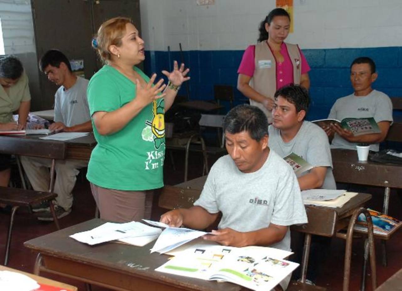 Los mismos empleados de la empresa fungen como maestros para enseñar a sus demás compañeros. foto edh / César Áviles