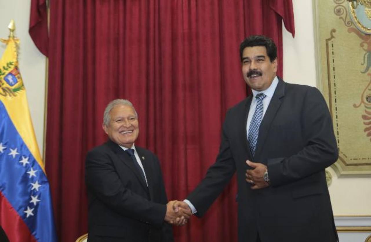 Salvador Sánchez Cerén visitó recientemente a Nicolás Maduro en Venezuela, en una gira.