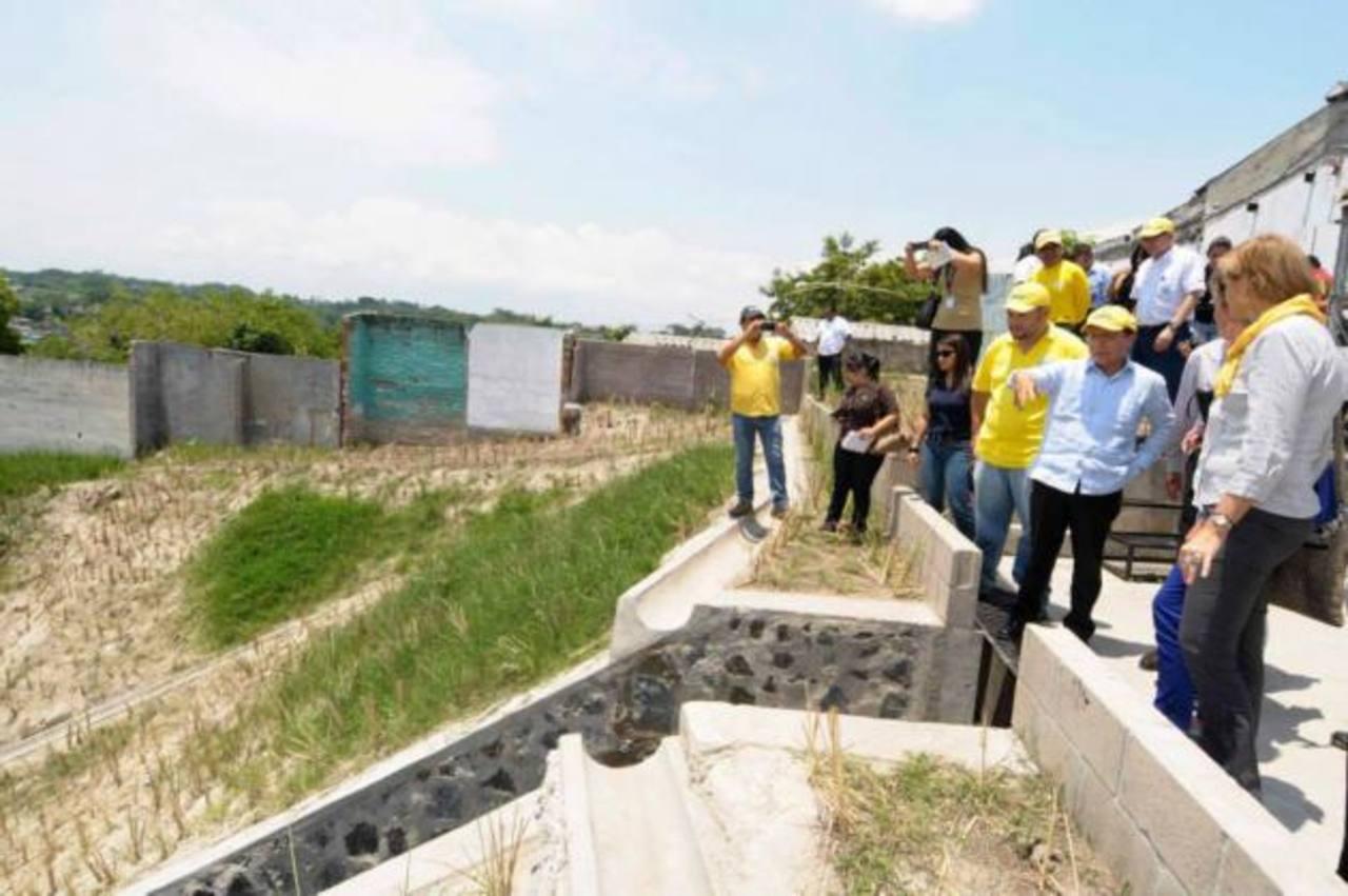 Delegados de Comité Bilateral que administra los fondos franco-salvadoreños y el ministro de Obras Públicas, Gerson Martínez realizaron visita técnica en El Limón. Foto edh / cortesía