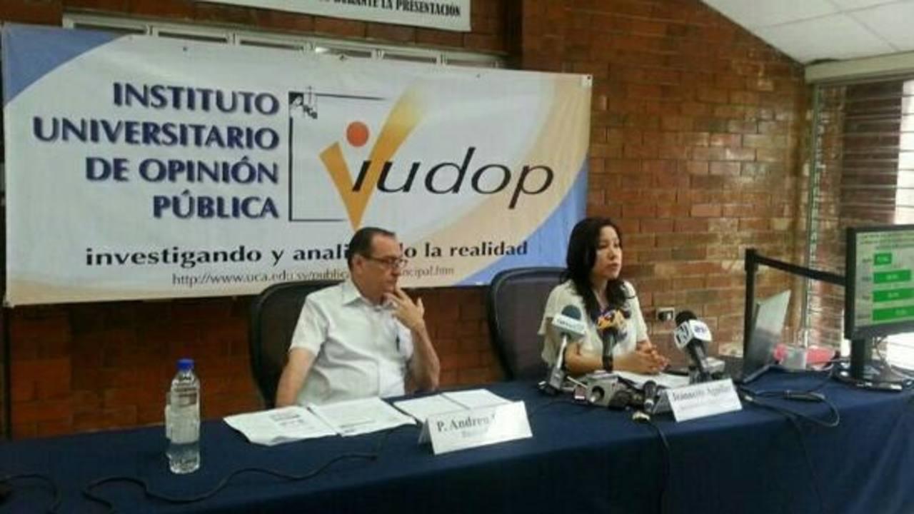 Miembros del IUDOP dando los resultados de la encuesta.