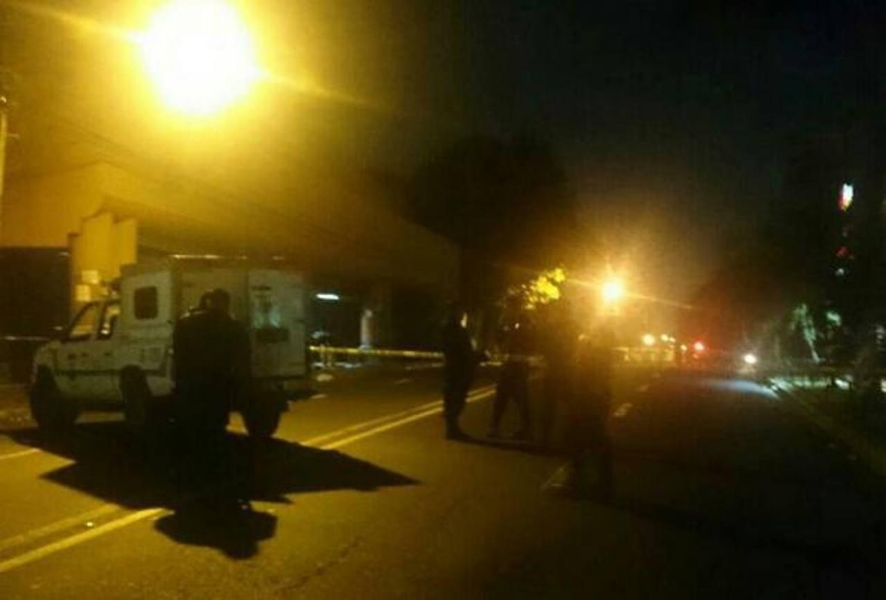Autoridades mantuvieron cerrado los dos tramos de la 10a Avenida Norte, cerca de un centro comercial en San Salvador mientras duró la verificación del hecho.