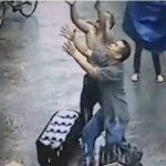 Niño de un año cae al vacío desde la ventana de su casa