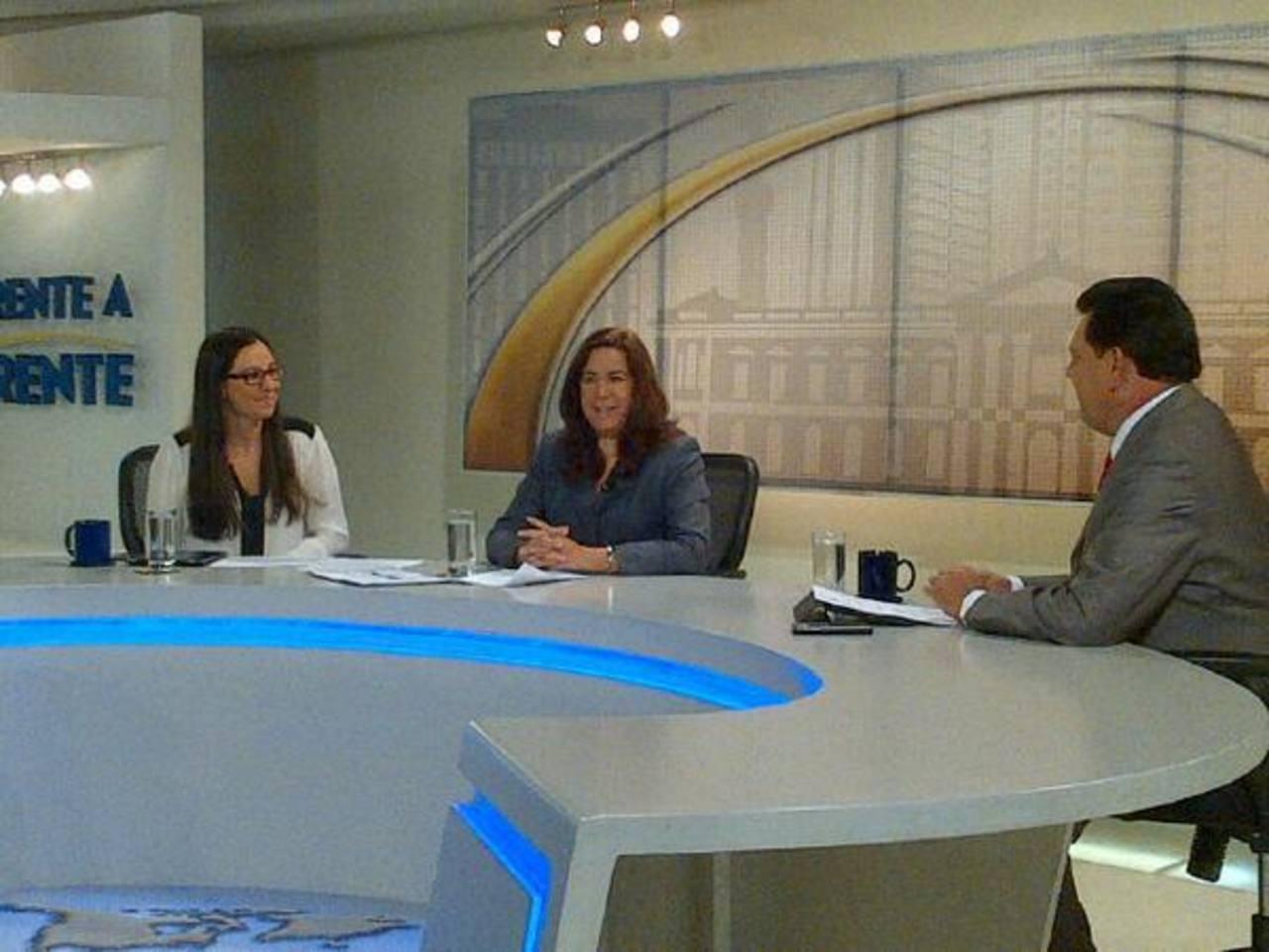 La viceministra de Medio Ambiente, Lina Pohl (centro) en entrevista con TCS.
