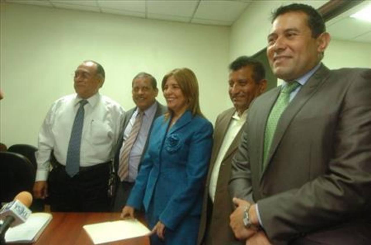 La demanda abarca al grupo que originalmente pertenecía al partido ARENA. Foto EDH.