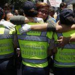 Una opositora abraza a una policía en la protesta de ayer.