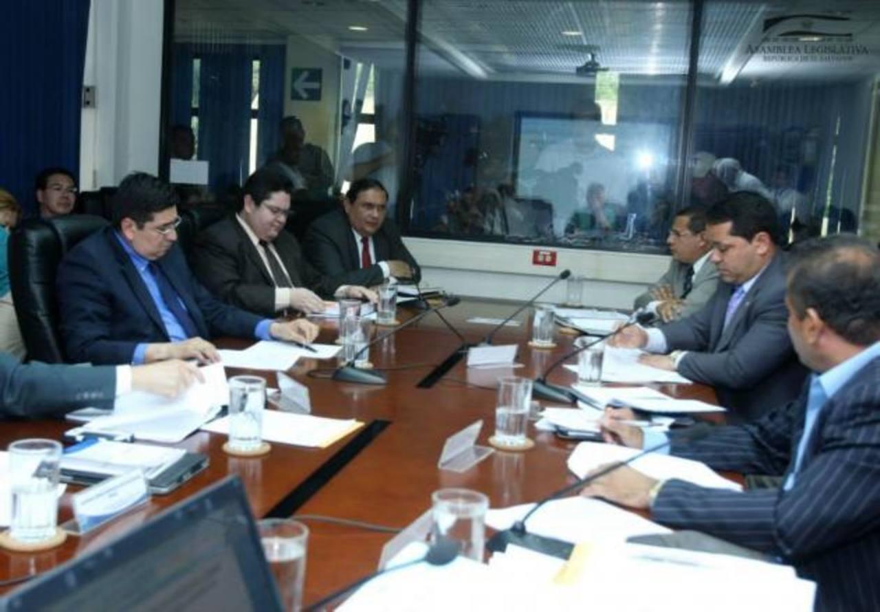 Los abogados Ricardo Martínez, Délmer Rodríguez y Lizandro Quintanilla ante la Comisión. foto edh / cortesía asamblea