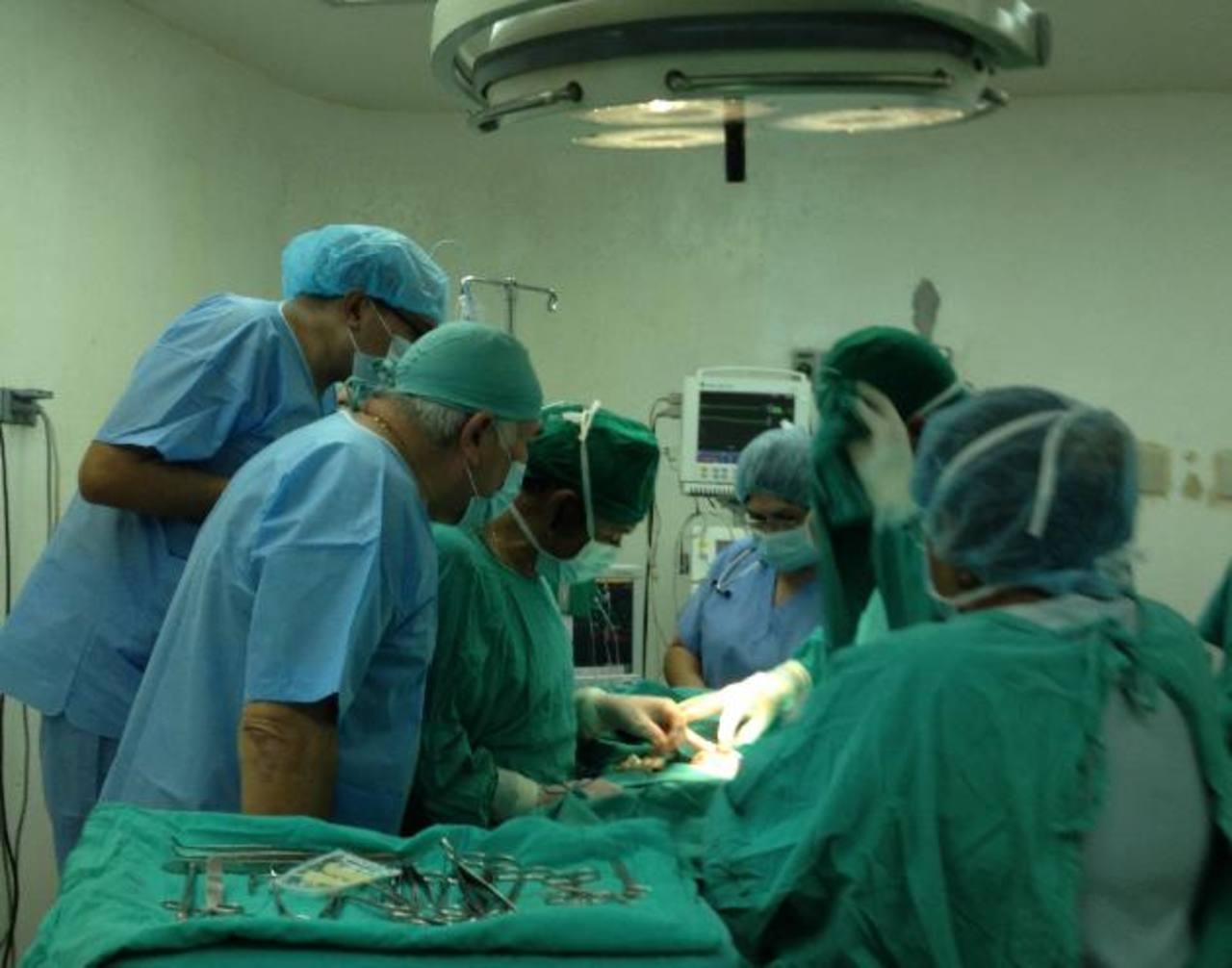 Médicos del hospital de Maternidad y el Bloom operan a siamesas.
