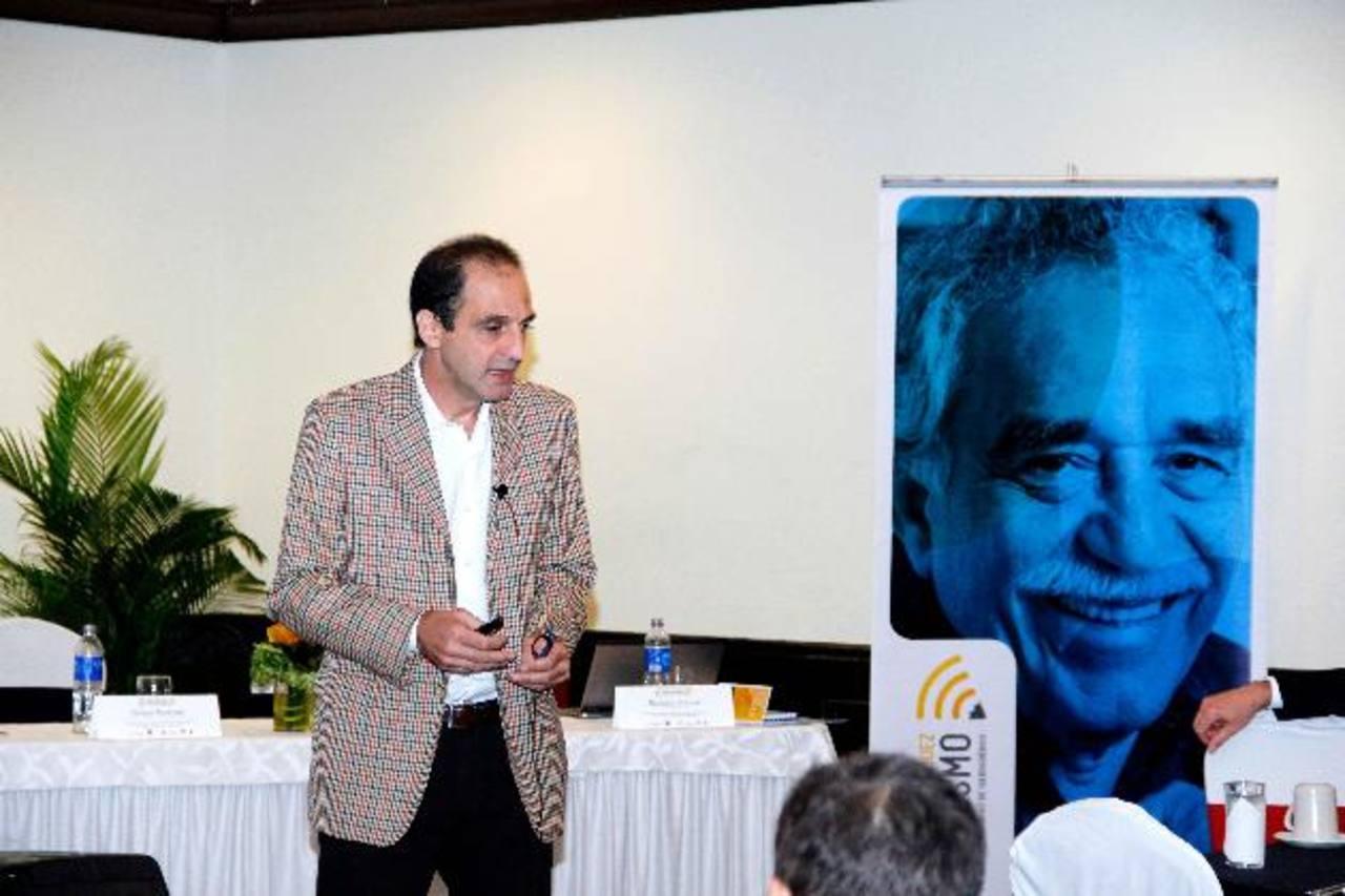 El periodista argentino, Marcelo Franco, ofreció una conferencia sobre la transición de medios impresos a los digitales.
