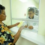 Una señora entrega sus recetas en la farmacia del hospital Saldaña, en San Salvador, ayer.