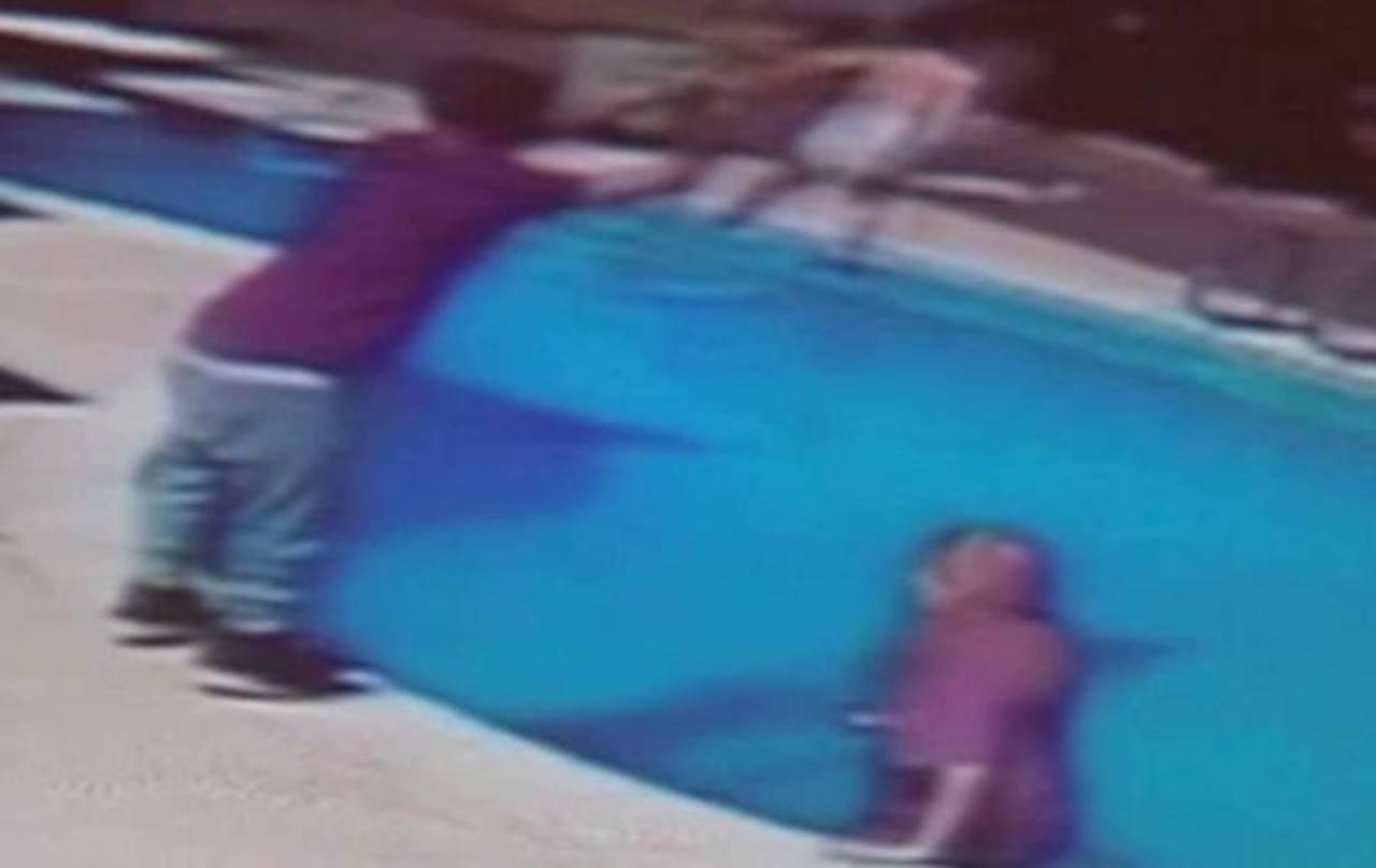 Padre tira a su bebé a una piscina para castigarla
