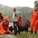 Miembros de equipos de rescate con perros entrenados para buscar a las dos jóvenes